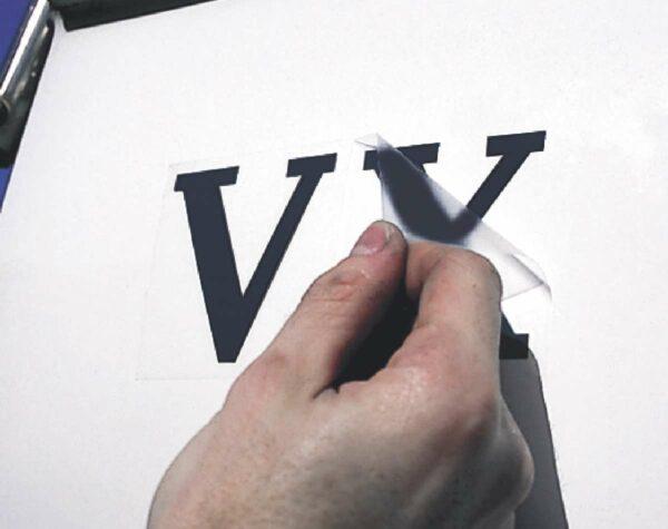 klebebuchstaben-schutzfolie-abziehen